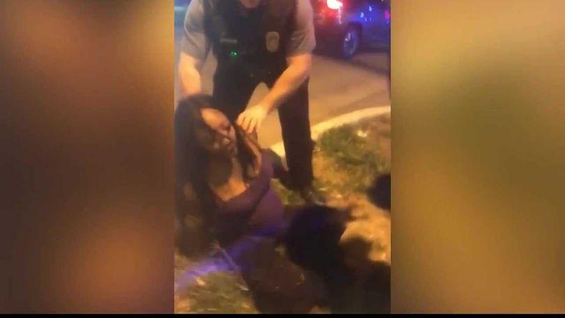 Policía somete durante arresto a afroamericana y despierta indignación