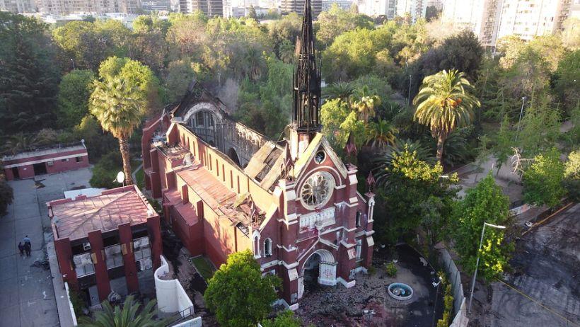 Santiago: Dejan con firma bimensual a marino detenido por quema de iglesia San Francisco de Borja