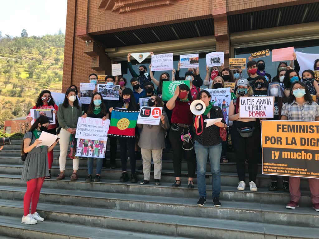 Organizaciones sociales acusan a los grandes medios de criminalizar la protesta social y ser cómplices de la violencia de Carabineros