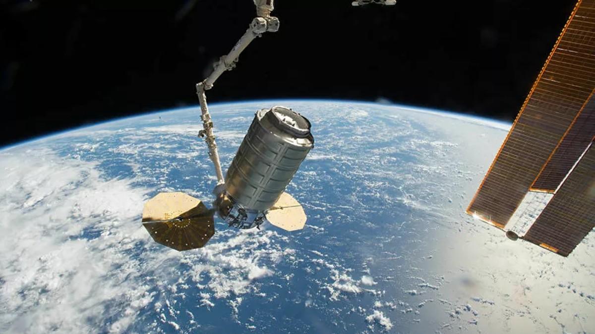 (Video) Carguero espacial Cygnus se acopla a la EEI a través de brazo robótico