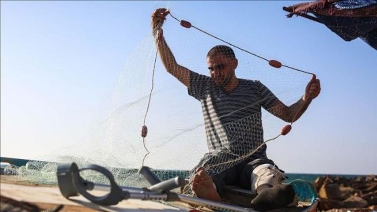 Pescadores palestinos aplican soluciones creativas ante asedio israelí en Gaza