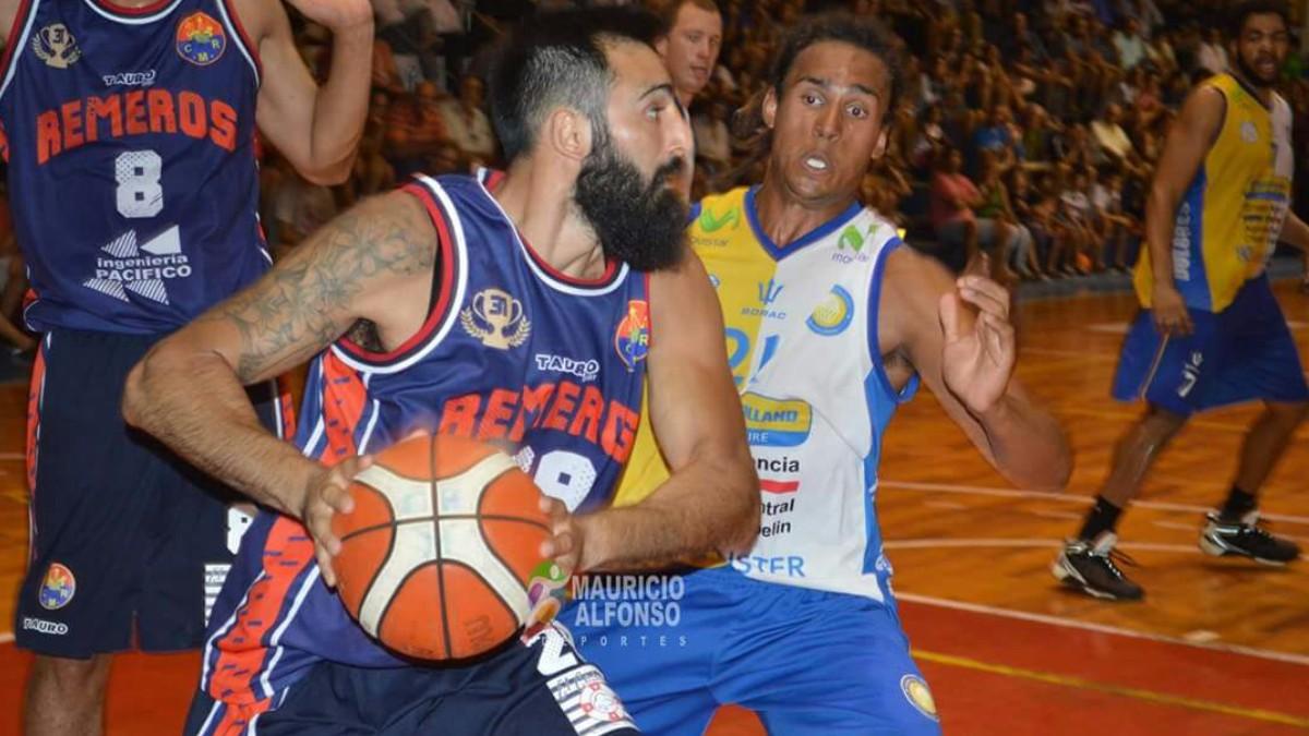 Uruguay: Jugador de baloncesto pierde los estribos y golpea al arbitro en pleno partido