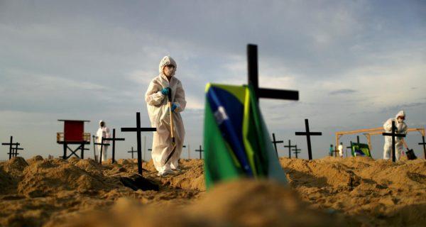 Brasil supera las 150.000 muertes por COVID-19  y miles van a las playas por el feriado