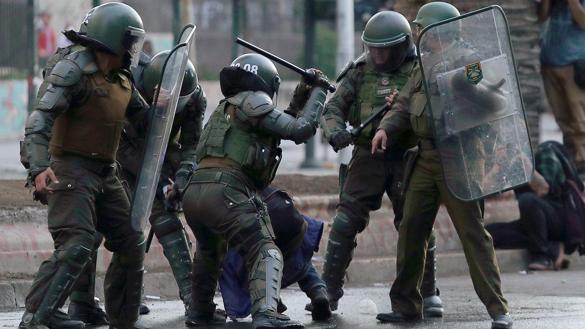 Amnistía Internacional: Mandos de Carabineros deben ser investigados penalmente por violaciones de derechos humanos
