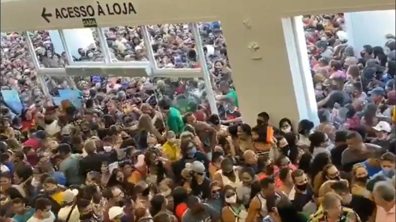 (Video) Miles se aglomeran en la apertura de un centro comercial en Brasil cuando el país supera los 150.000 fallecidos por COVID-19