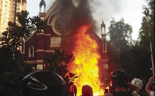Detienen a un funcionario de la Armada por incendio de la Iglesia institucional de Carabineros
