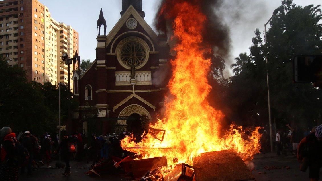 Armada da de baja a cabo detenido tras incendio de Iglesia de Carabineros