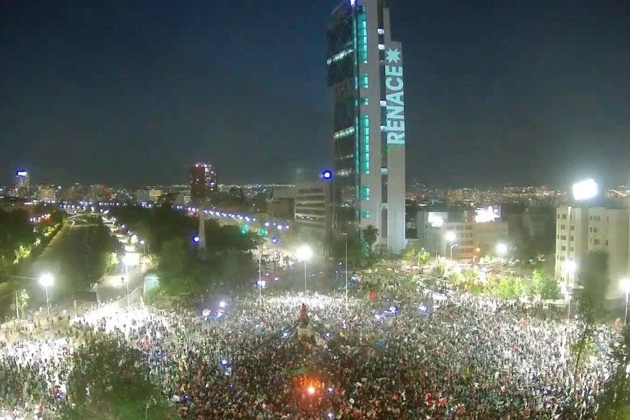 Incidentes en Plaza Baquedano: Carabineros dispera a manifestantes que prentenden congregarse