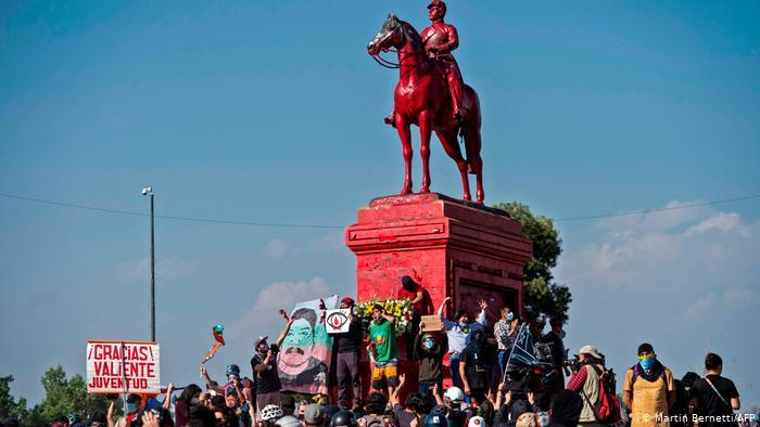 Miles se congregaron en Plaza Dignidad para conmemorar el aniversario del estallido y Carabineros respondió con máxima represión