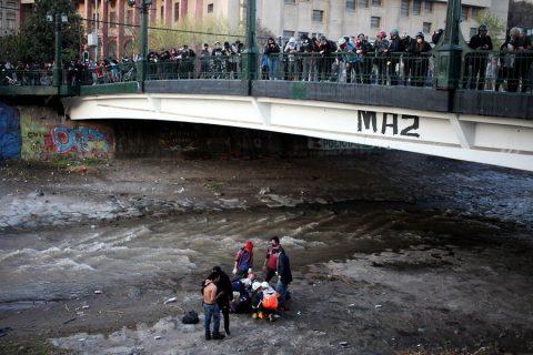 INDH: Carabineros siguió lanzando gas pimienta cuando rescatistas intentaban salvarle la vida al adolescente lanzado al río Mapocho