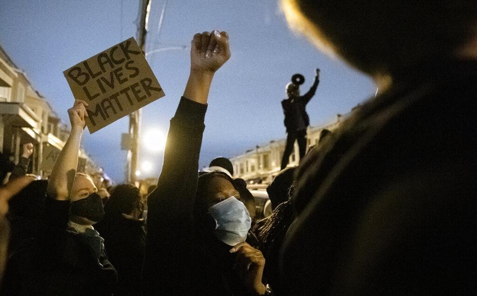 Decretan toque de queda en Filadelfia en medio de protestas por violencia policial