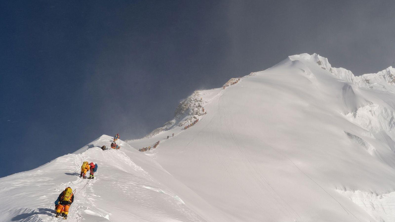"""La contaminación ambiental que provoca el microplástico también """"escala"""" la cima del Everest"""
