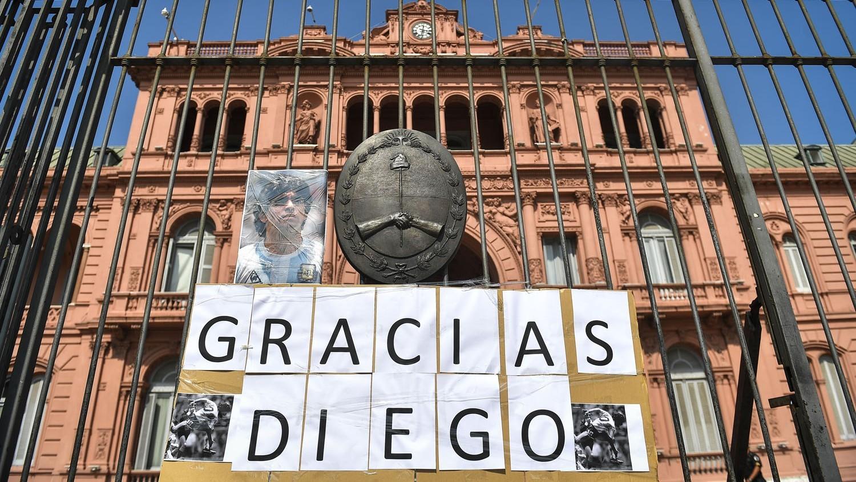 Cuerpo del astro del fútbol Diego Armando Maradona llegó a la Casa Rosada para su funeral