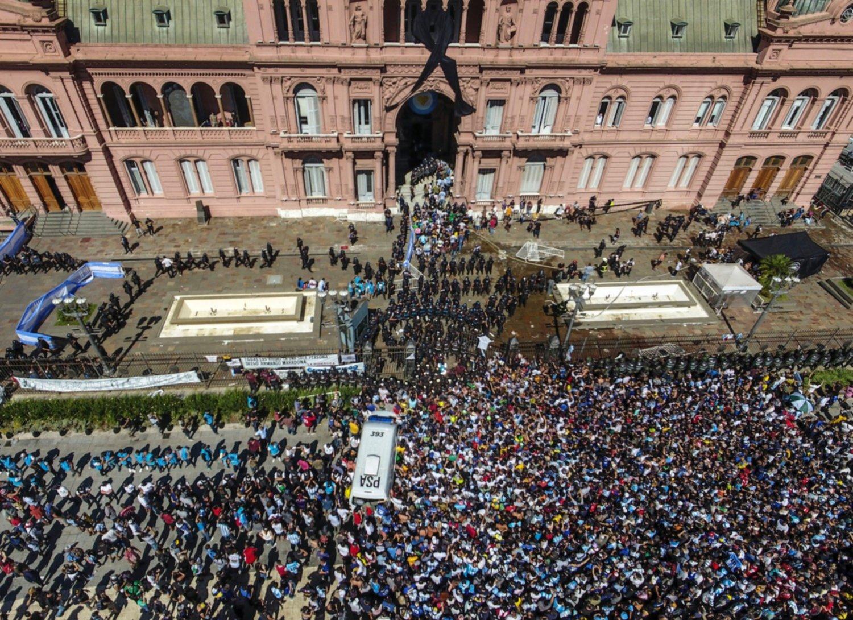 Aglomeraciones en velorio de Maradona enciende las alarmas en Argentina sobre eventual aumento de casos por Covid-19