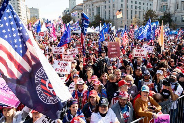 Manifestantes a favor de Trump marchan en Washington para respaldar supuesto fraude