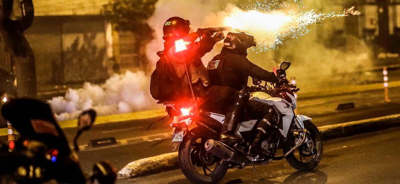 Dos muertos y decenas de heridos deja intensa represión a protestas en Perú