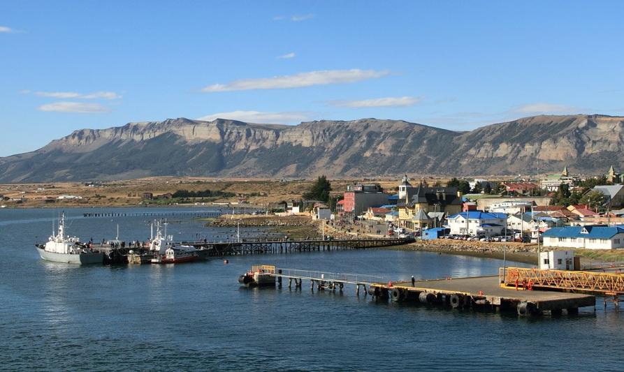 Puerto Natales: Advierten riesgo de derrame de petróleo desde lanchón hundido de salmonera Australis