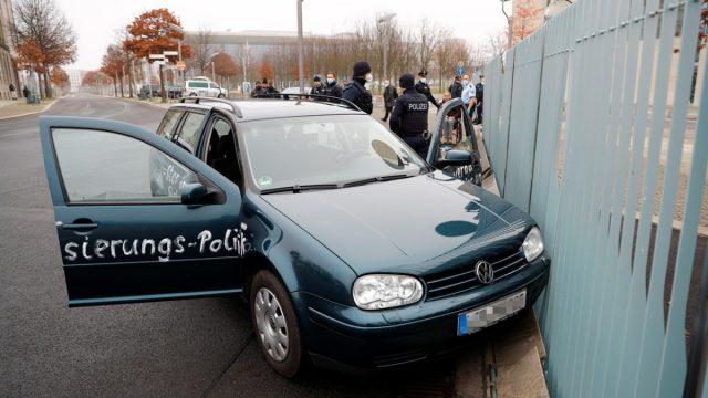 (Fotos y video) ¡Detengan las políticas de globalización! Automóvil se estrella contra la oficina de Angela Merkel