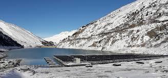 Funciona en los Alpes Suizos primera planta de energía solar flotante