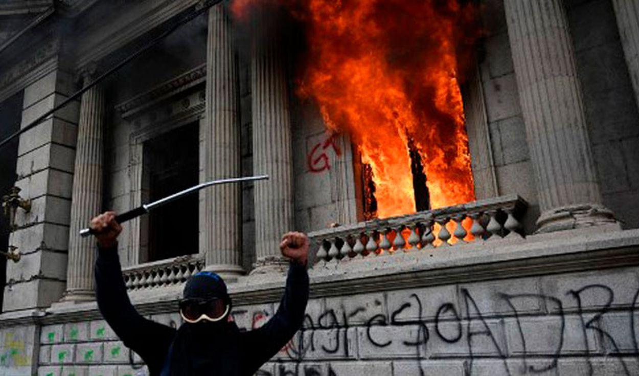 Manifestantes incendiaron el Congreso de Guatemala tras aprobación de presupuesto que favorece a minoría política