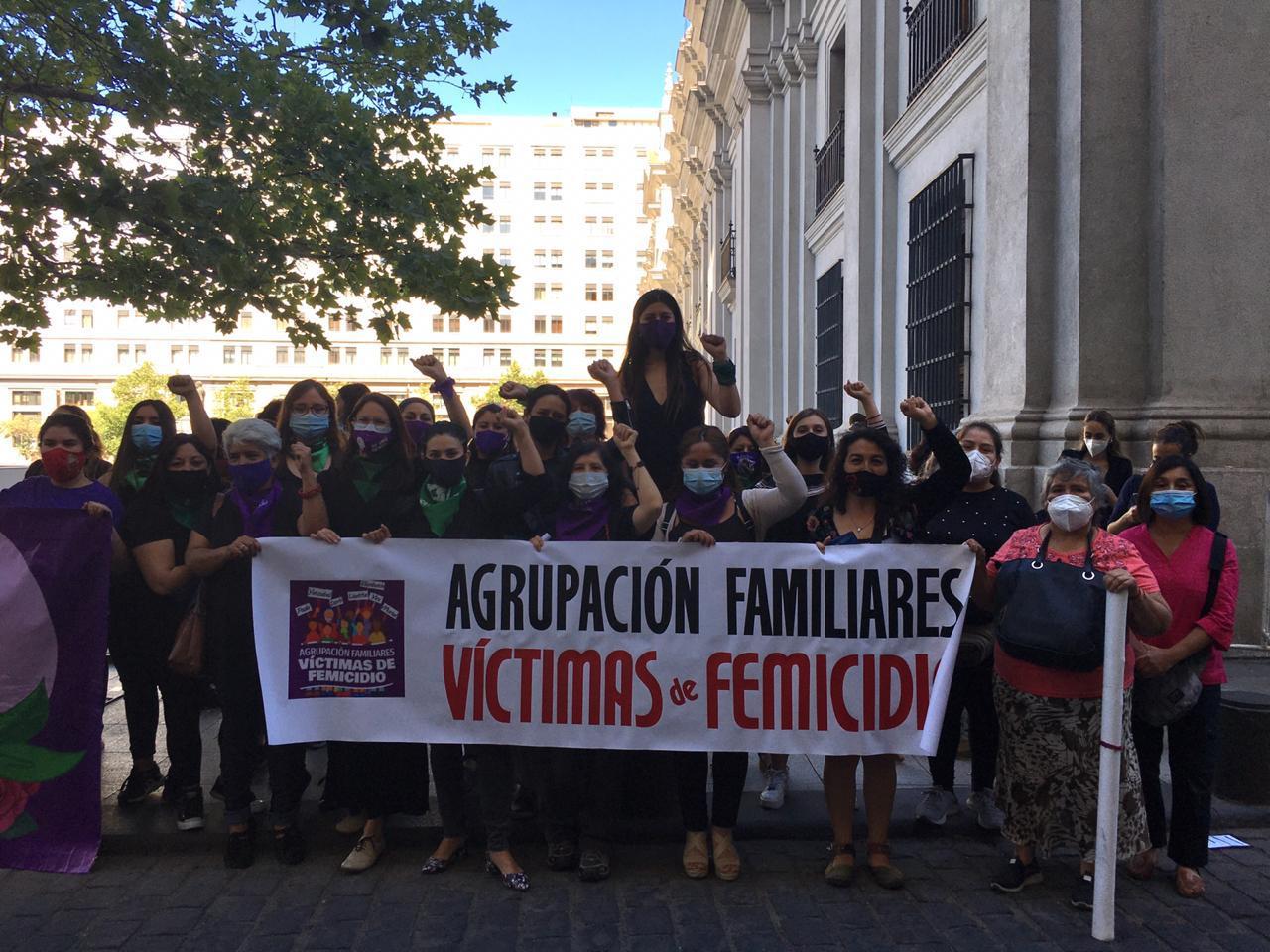 """Diputadas y organizaciones feministas entregaron carta en La Moneda: """"El Presidente Piñera es cómplice de la violencia machista"""""""
