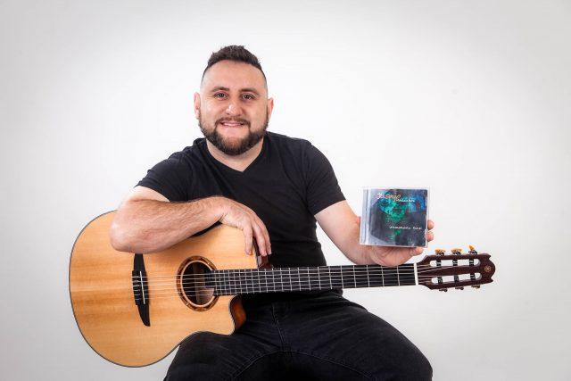 Juanjo Montecinos se une a más de 20 artistas de La Araucanía en reversión de su álbum 'Urbanamente Rural'