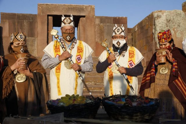 Luis Arce recibe bastón de mando indígena antes de asumir presidencia de Bolivia