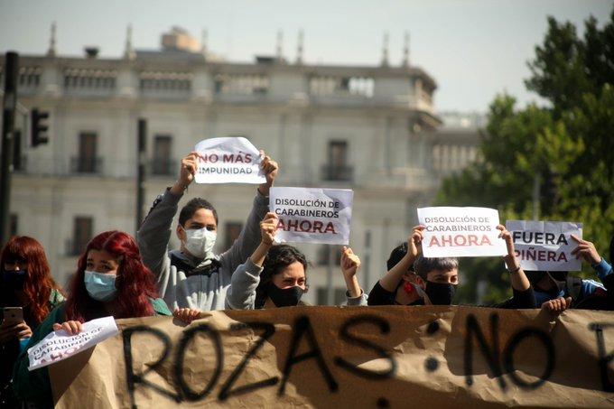 """""""¡Renuncia Piñera!"""": El clamor que crece en las calles de Chile"""