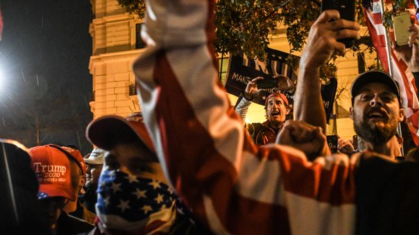 ¡Continúa la grieta! Disturbios entre partidarios y detractores de Trump deja saldo de seis detenidos y un herido de bala