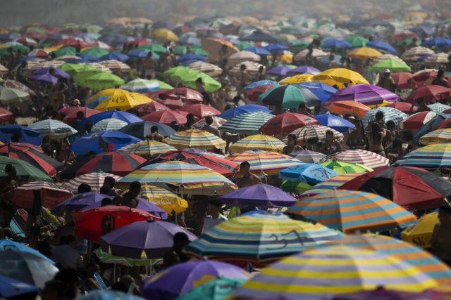 Brasil roza los 7,3 millones de contagios, pero las playas de Río de Janeiro estuvieron a reventar