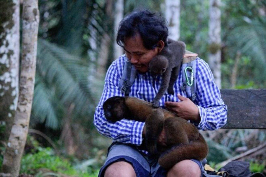 Jhon Jairo, el indígena que protege a monos huérfanos en el Amazonas