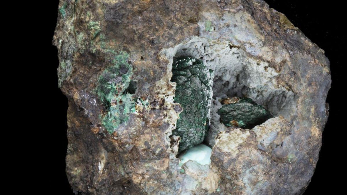"""""""Kernowita"""": El nuevo mineral descubierto en una roca extraída hace 220 años"""