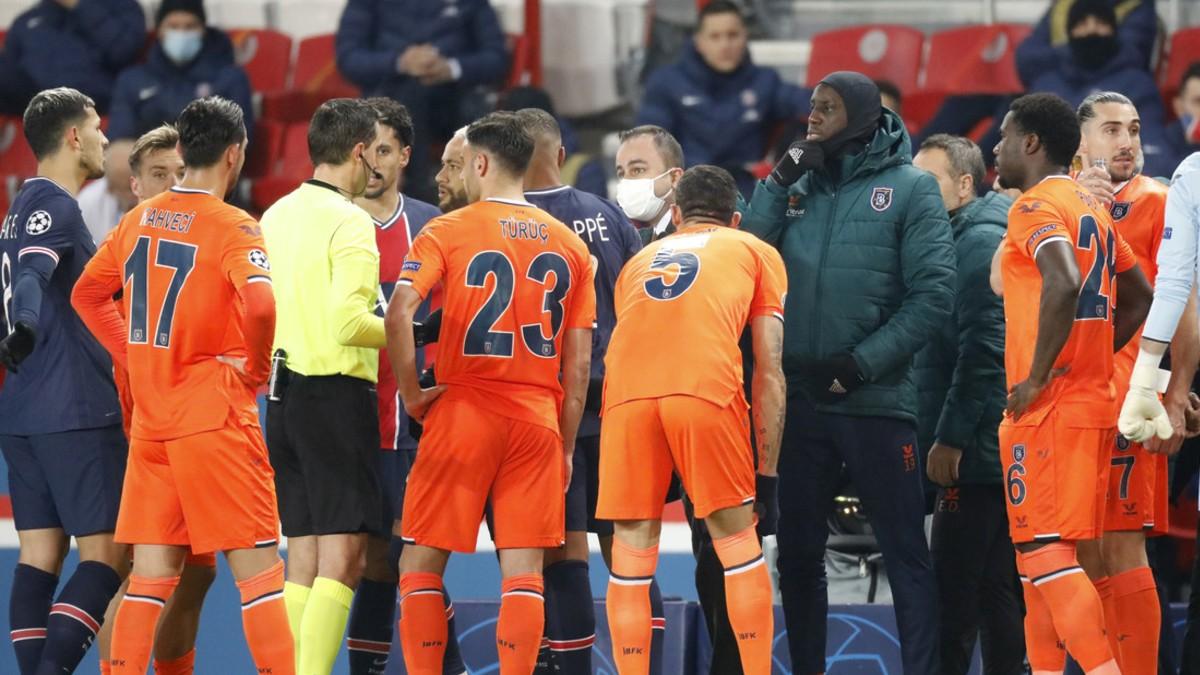 (Video) Futbolistas de la Champions se retiran en pleno partido tras comentario racista del árbitro