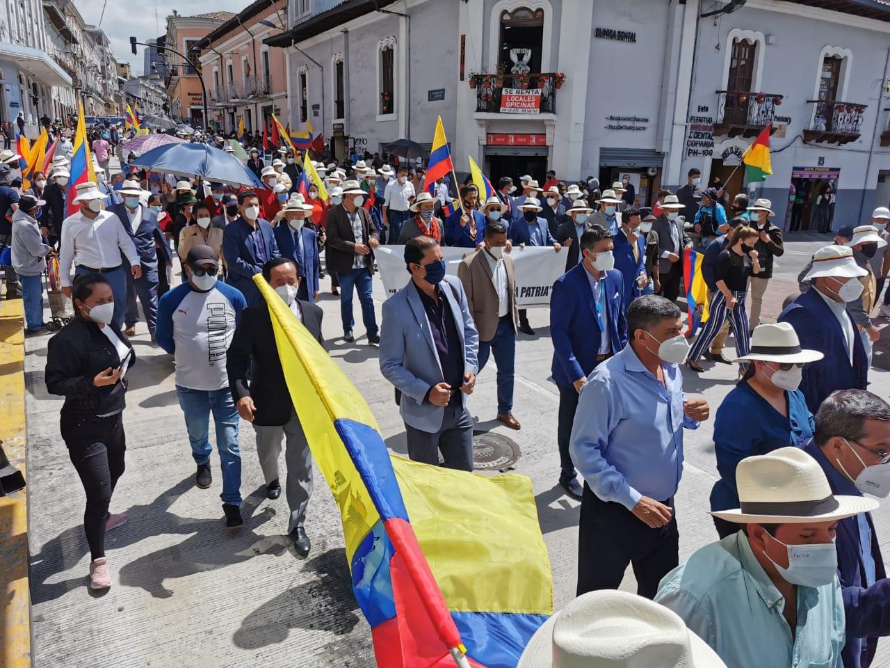 alcaldes ecuador protesta presupuesto