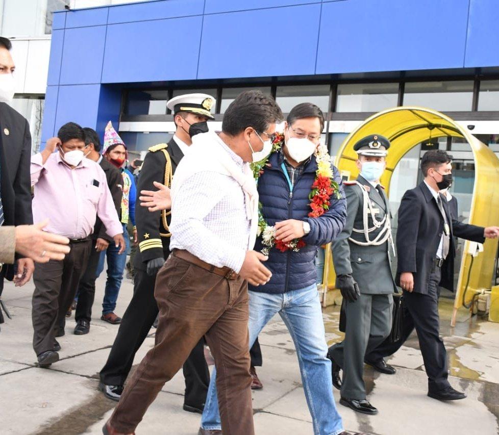 """Todo ha salido bien"": Arce regresa a Bolivia tras revisión médica en Brasil"