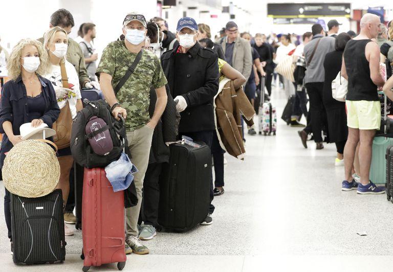 Millones de estadounidenses viajan por Navidad pese a amenazas del Covid-19