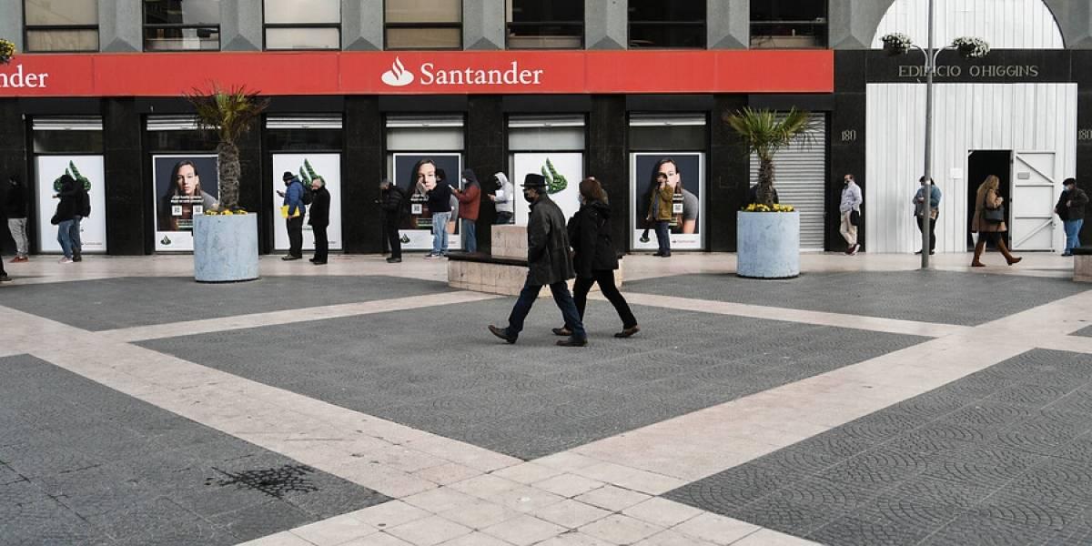 Mujer trans presenta recurso de protección contra el Banco Santander
