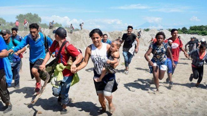 Miles de hondureños migrantes se devuelven en la frontera tras fuerte represión policial y militar