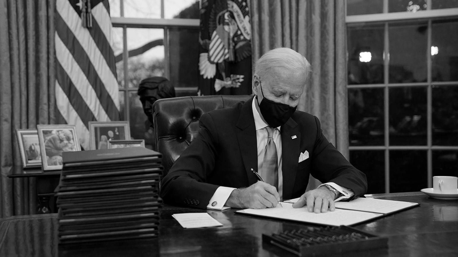 """Biden firmó 30 órdenes ejecutivas en 72 horas para """"borrar""""el legado de Trump"""