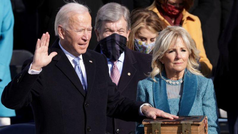 """Biden juró como presidente de EE. UU. y llamó a poner fin a """"una guerra insolente"""""""
