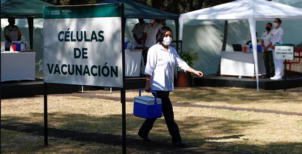 """Relato de un trabajador de la salud mexicano vacunado contra el COVID: """"Sentí agotamiento y dolor"""""""