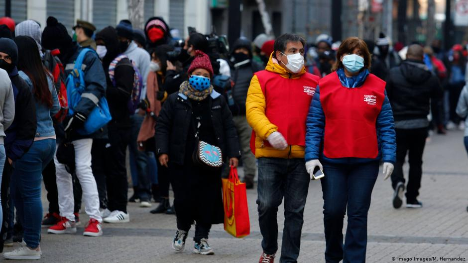 """¿Qué piensan los chilenos?: 57 % se considera perteneciente a la """"clase social baja"""" y 34% se siente discriminado"""