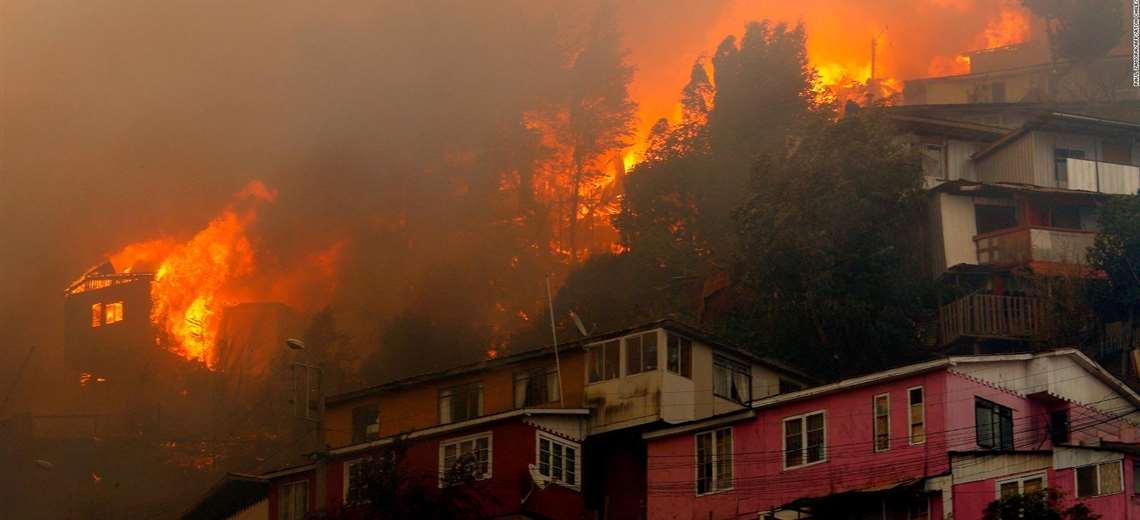 """Onemi asevera que """"no hay presión de afectación a viviendas"""" en incendios forestales de Valparaíso"""