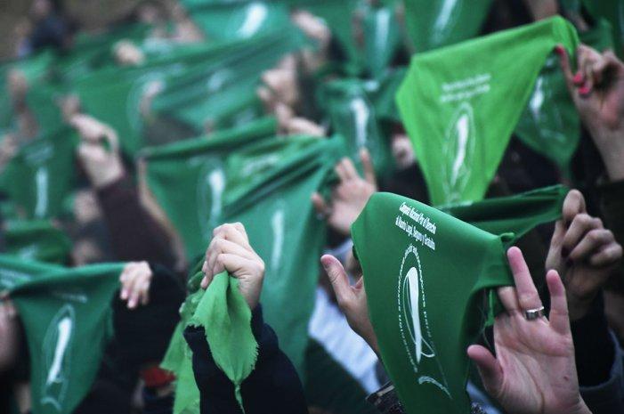 La marea verde cruzó la cordillera: ¿Qué tan lejos estamos del aborto libre en Chile?