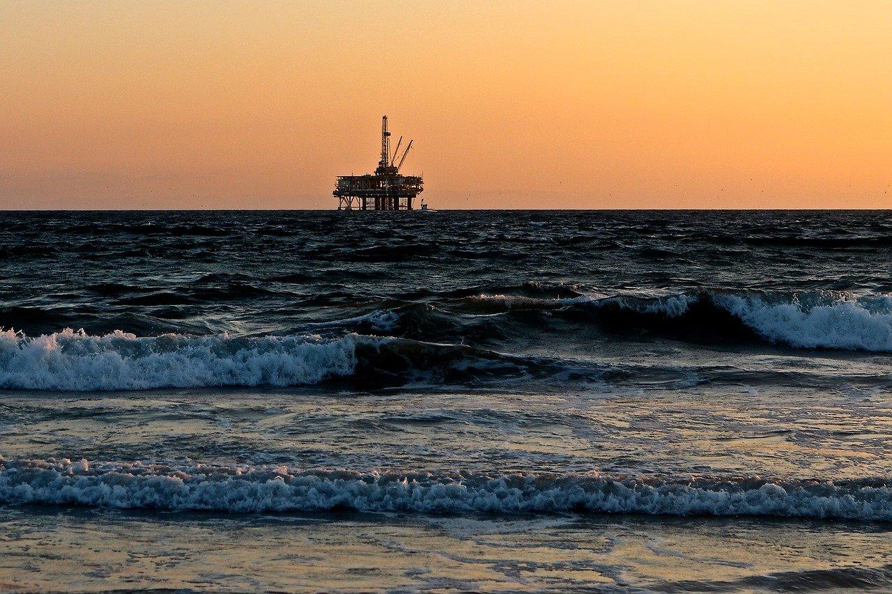 Explosión de oleoducto en México generó derrame de miles de litros de aceite en el mar