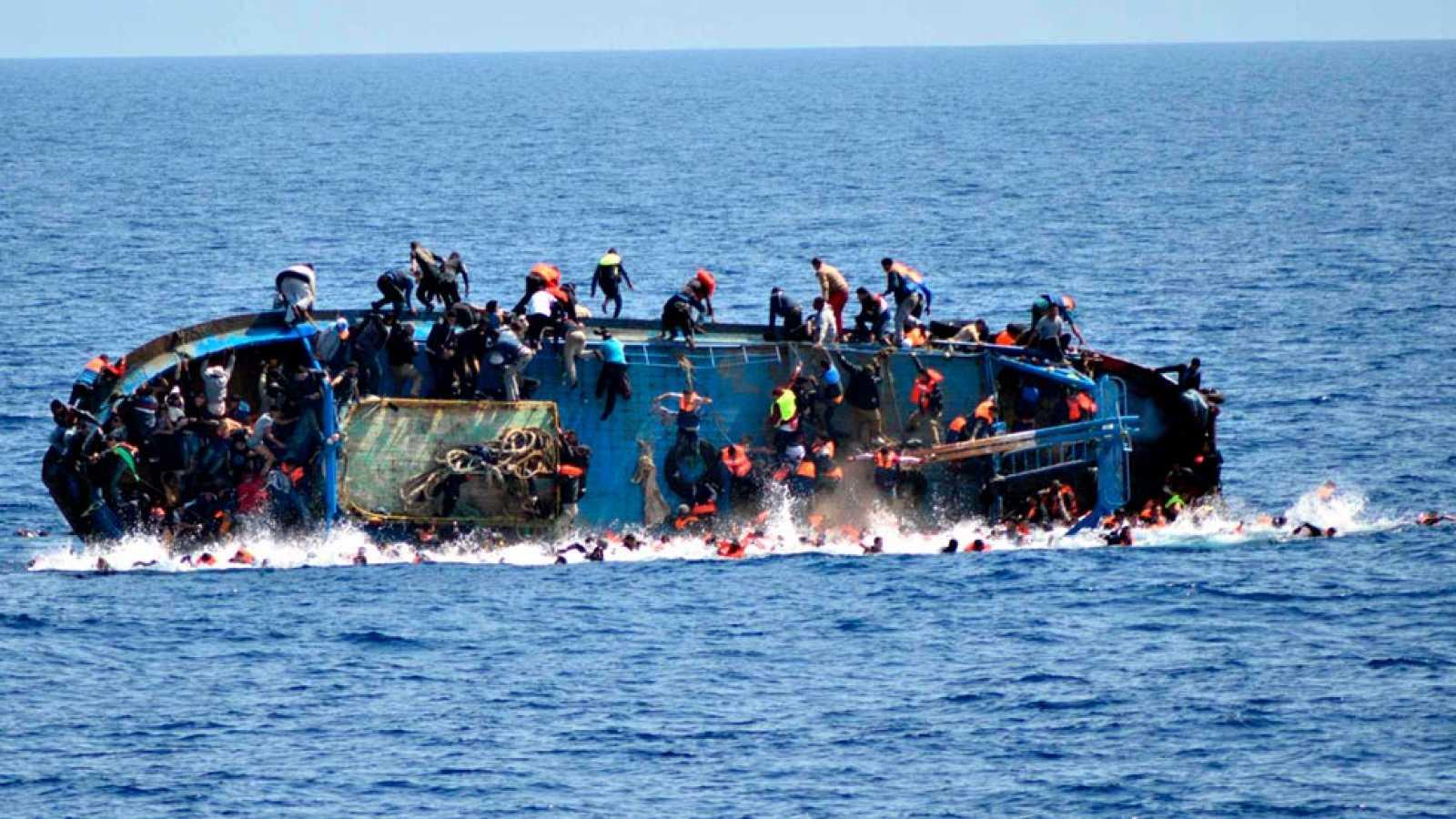 Guardacostas italianos rescataron barca con 47 migrantes que se volcó cerca de Lampedusa