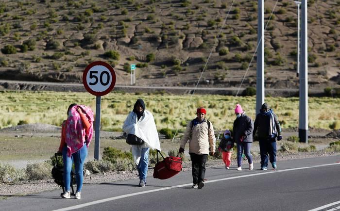 Migrantes buscan rutas alternas ante militarización de frontera chilena