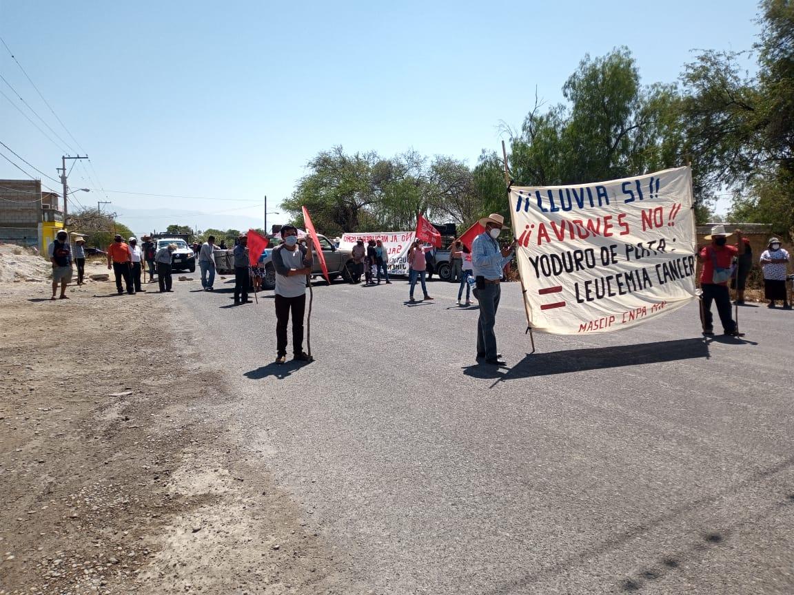 Campesinos e indígenas cierran carreteras; exigen freno al uso de cañones antigranizo