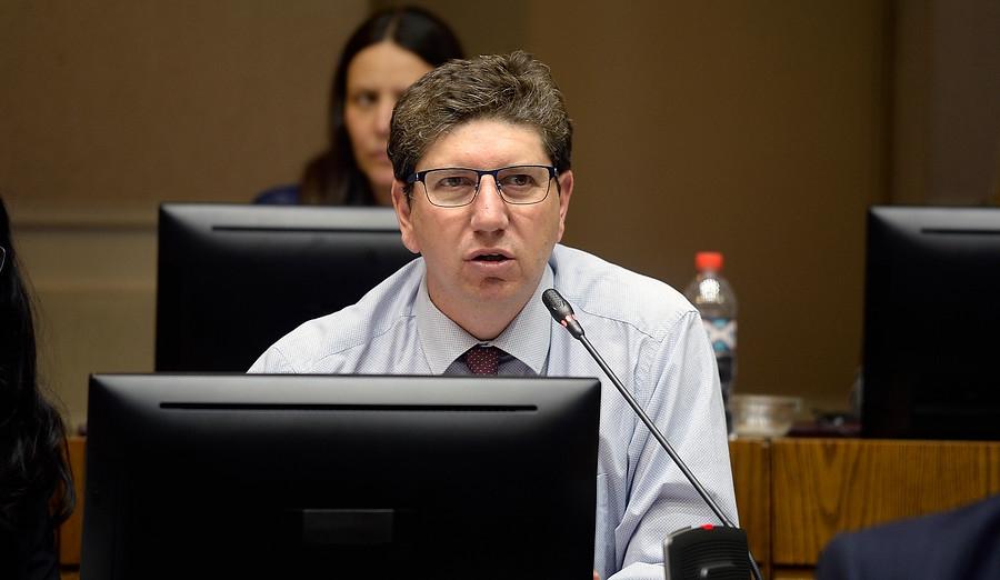 Ministro de Hacienda pide «prudencia» ante significativa alza del precio del cobre