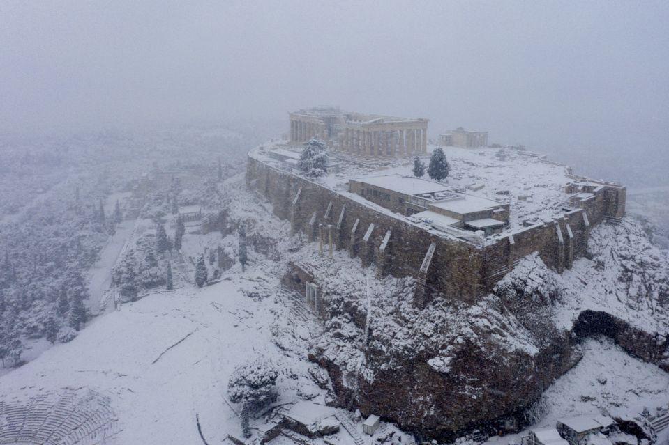 Inusitada nevada dejó a la Acrópólis de Atenas bajo un manto blanco